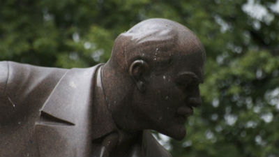 В томском селе мужчина доломал обезглавленный памятник Ленину из-за селфи