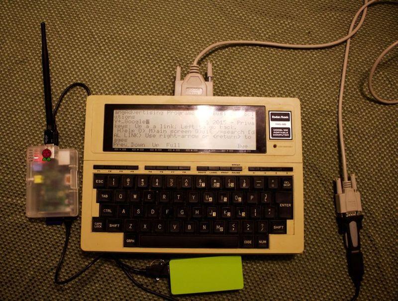 Серфинг интернета на лэптопе 1983 года