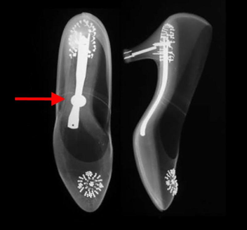 Ученые сделали рентгеновский снимок свадебных туфель Грейс Келли и увидели нечто странное...