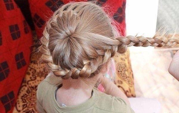 Такая простая, но красивая причёска для девочки.