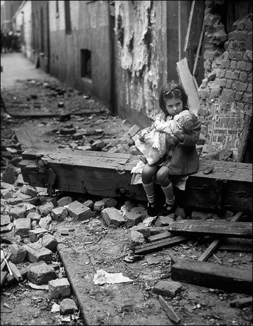 Девочка с куклой на руинах своего разбомбленного дома. Лондон, 1940 Историческая фотография, история, факты