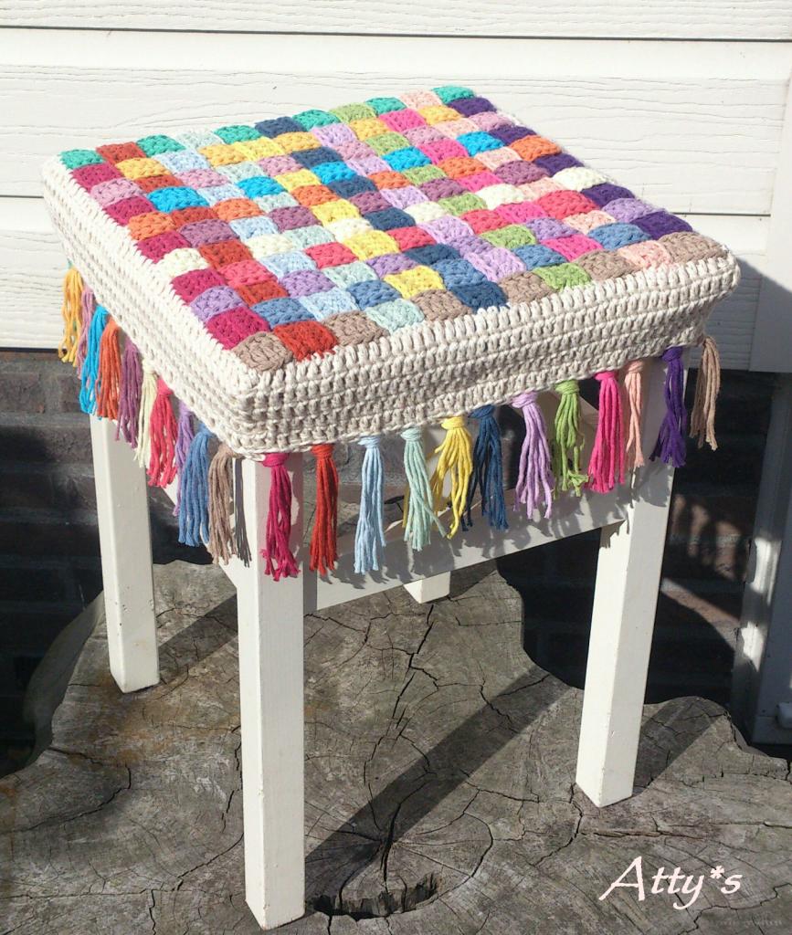Вязанием коврик для стула