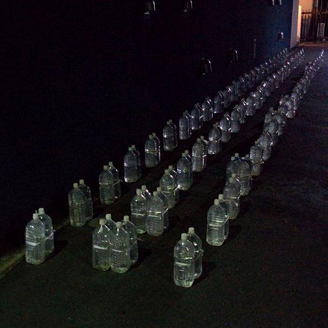 А это просто бутылки с водой, которые просто стоят в переулке под линеечку.. в мире, люди, прикол, япония