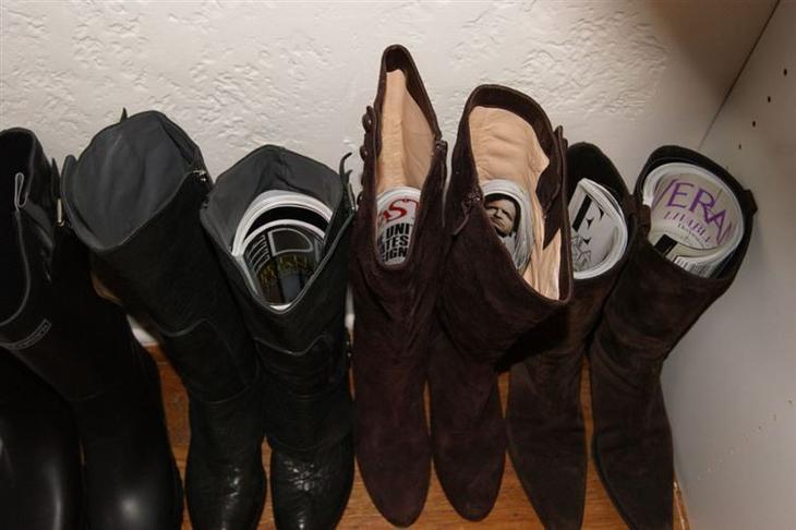 9. Свернутые журналы помогут сохранить форму сапог одежда, совет