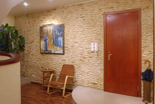 Каменная стена в коридоре обои