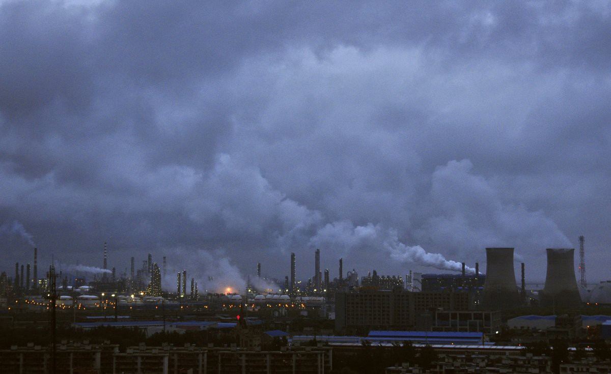 Дым от заводских труб поднимается над линией горизонта портового города Нинбо загрезнение, китай, природа