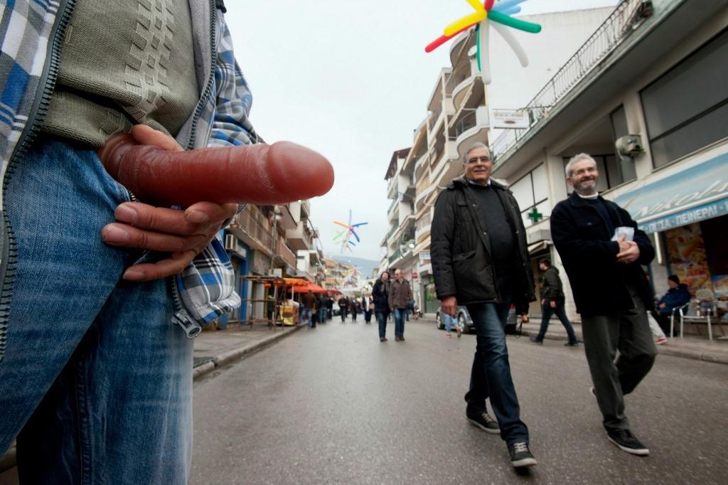 Самый нелепый обычай в Греции-6