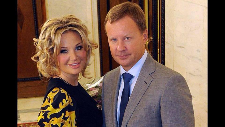 До неприличия располневшая Максакова перестала горевать о муже в объятиях молодого музыканта
