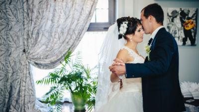 Власти Узбекистана и местные имамы решили бороться с вальсами и видео с Love story на свадьбах