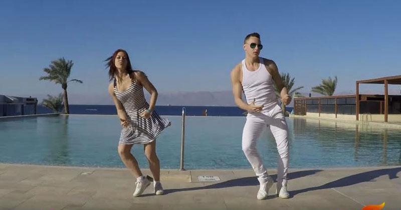 Посмотрите на этот энергичный, позитивный танец, и у вас обязательно появится летнее настроение!