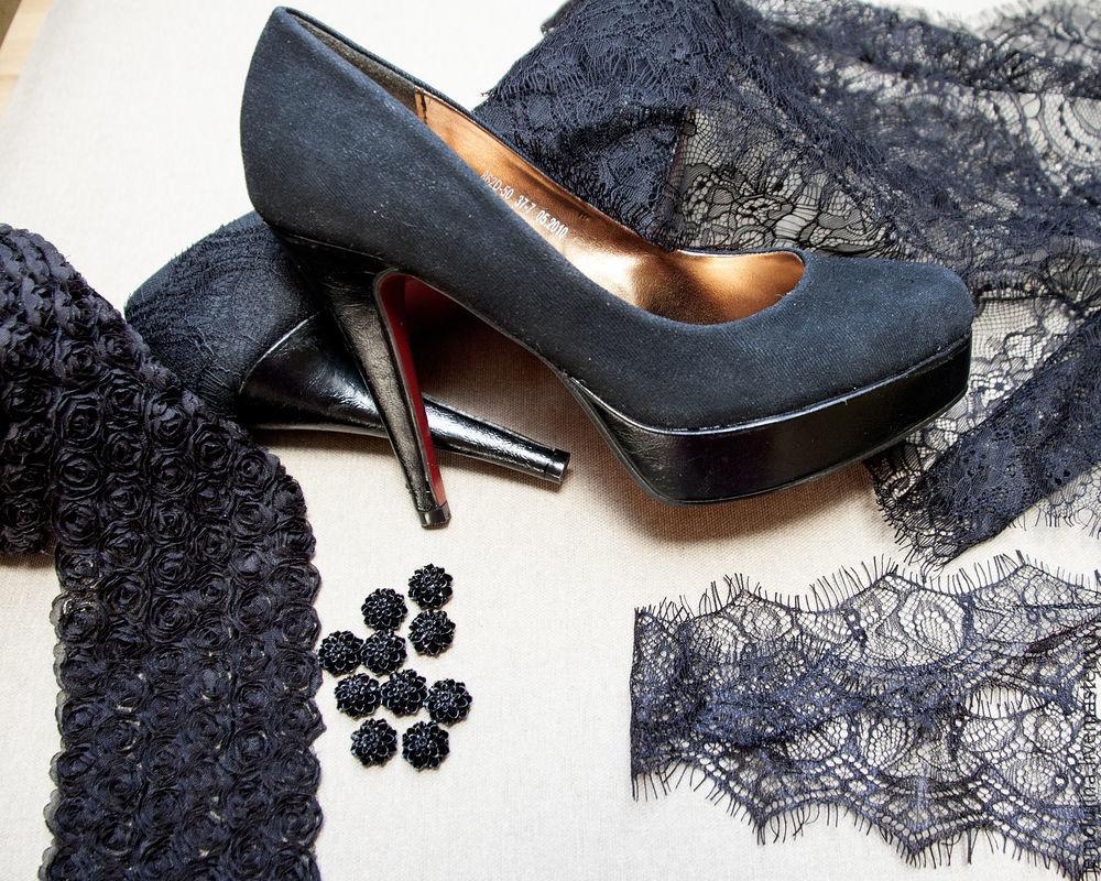 Декорируем туфли с помощью кружева и миниатюрных элементов