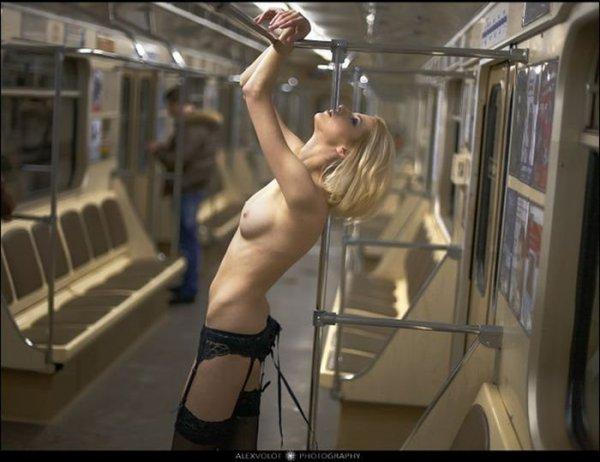 фото голые в метро
