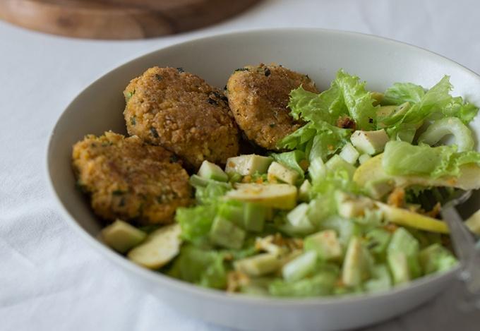Салат с фалафелем и яблоком