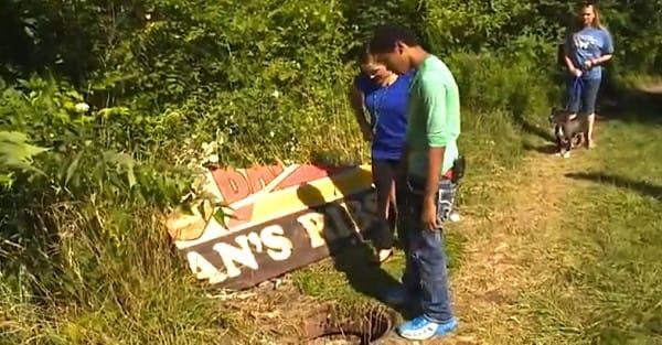Двое подростков случайно заглянули в канализационный люк. Увиденное там их шокировало!