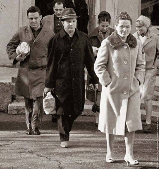 Юрий Гагарин с женой и космонавт Владимир Комаров (слева). 20 ноября 1964 г.