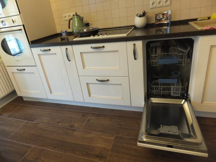 Интерьер кухни, посудомоечная машина на кухне