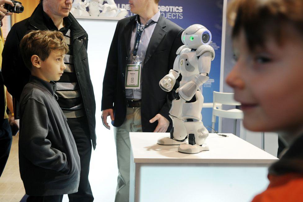 2233 Стирая границу между роботом и человеком