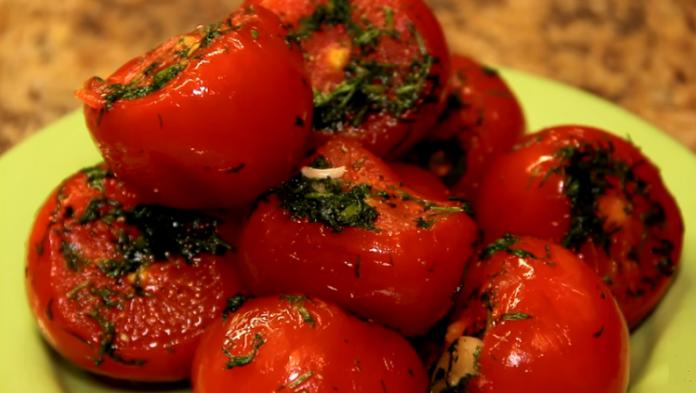 Малосольные помидоры с чесноком в пакете
