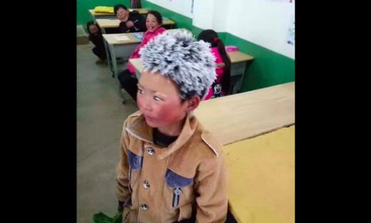 8-летний мальчик пришёл в школу с обледенелыми волосами на голове, когда учитель подошёл к нему, его сердце остановилось