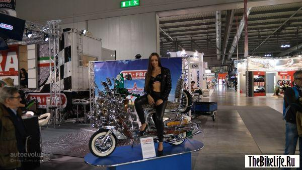 b2ap3_thumbnail_more-eicma-2015-girls-for-a-nice-weekend-photo-gallery_1.jpg