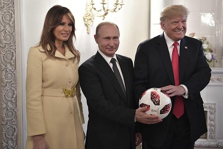 """Психолог объяснил """"испуг"""" Мелании Трамп на встрече с Путиным проблемами в семье"""
