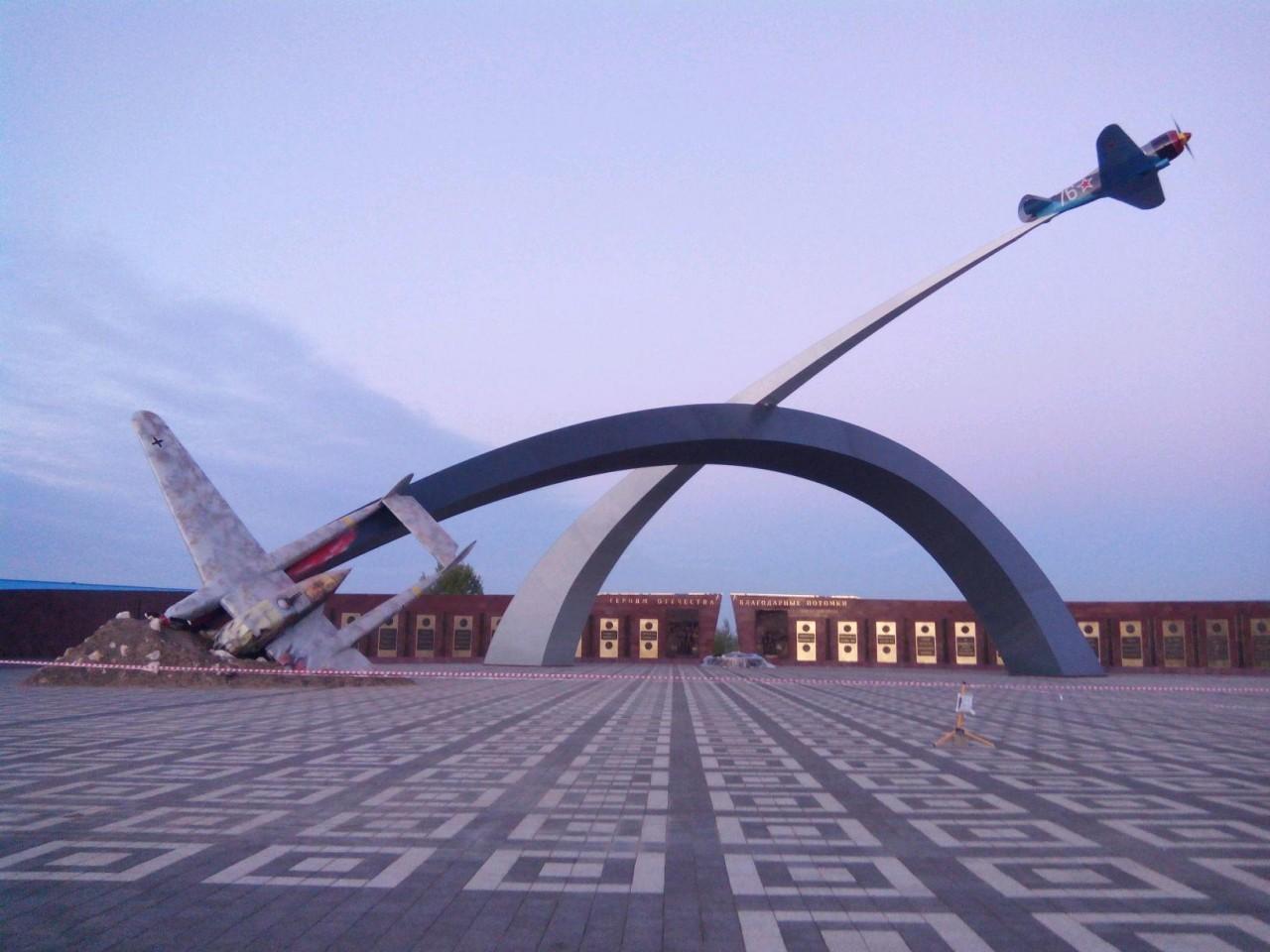 Памятник. Символично.