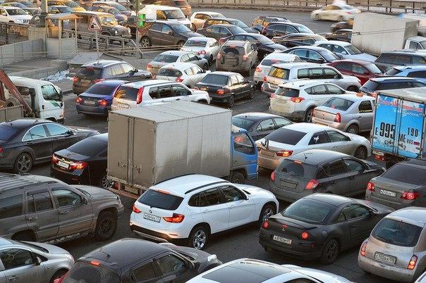 Пробки хотят победить платным въездом в города.