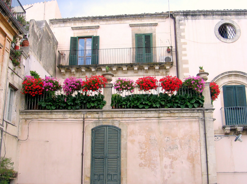 Цветочные балконы и окна Италии