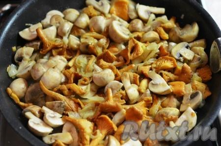 В это время приготовьте начинку. Грибы нарежьте на крупные кусочки, луковицу - полукольцами и мелкочеснок. Лук обжарьте на сливочном и оливковом масле до мягкости, добавьте чеснок, ачерез несколько минут грибы. Готовьте, помешивая, 10-15 минут, пока жидкость не испарится.