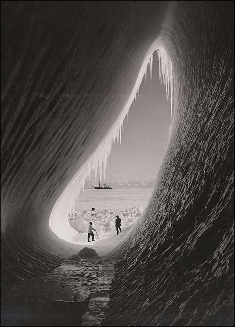 Грот в асберге. Британская антарктическая экспедиция, 5 Января 1911. Историческая фотография, история, факты