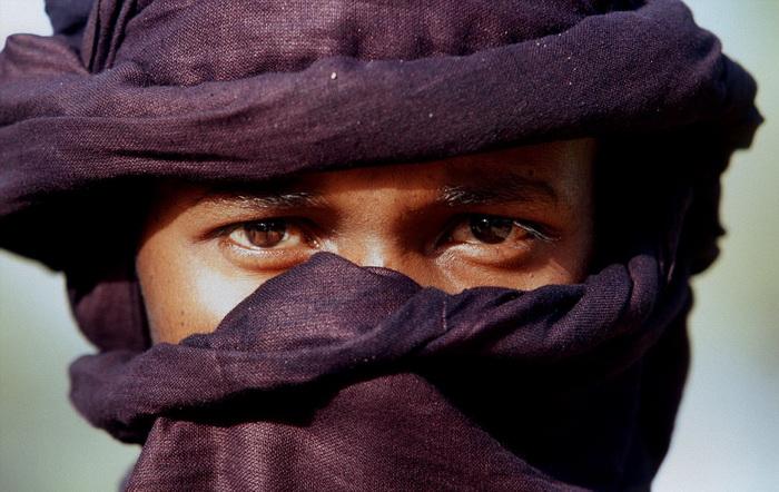 Мужчины закрывают лицо специальной повязкой