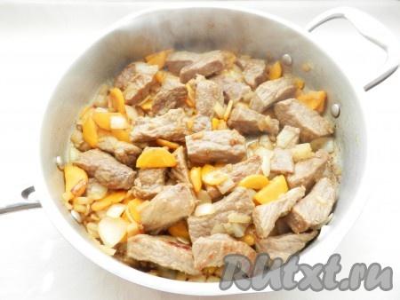 В сковороду к мясу добавить лук и морковь, обжарить все вместе.