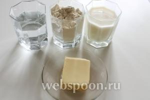 Для приготовления слоёных лепёшек нам понадобятся: мука, молоко, вода, щепотка соли и масло для смазки слоёв теста.