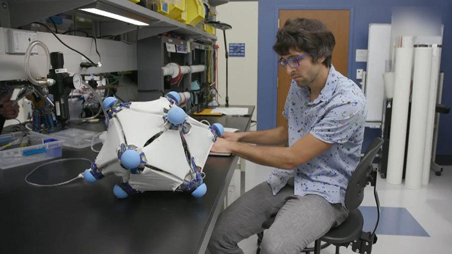 Ну и гаджеты: робокожа, рюкзак-массажист и роботы-медузы