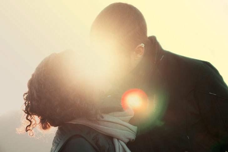 Поцеловала незнакомца чтобы …