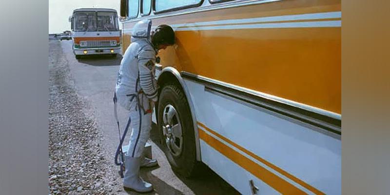 Российские космонавты перестанут мочиться на колесо автобуса