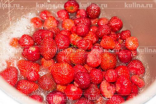 Выложить ягоды клубники.