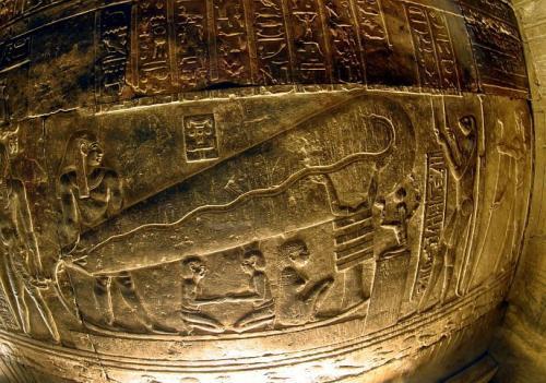 Барельеф с изображением древних ламп находится в трудно доступном месте, попасть куда можно только через узкий проход. По мнению ученых, это помещение не было предназначено для частых посещений, в храме Хатхор действительно ощущается присутствие чего-то мистического. Что же на самом деле изображено на египетских барельефах – неизвестно до сих пор.