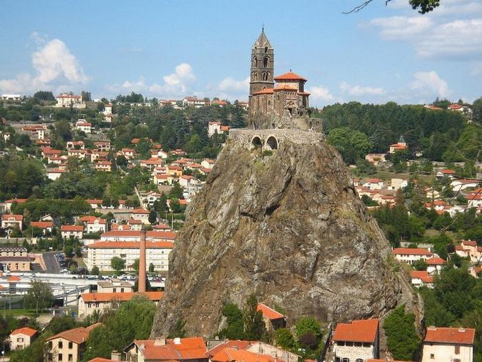 268 ступеней... к Богу: часовня Святого Михаила на вершине скалы (Ле-Пюи-ан-Веле, Франция)