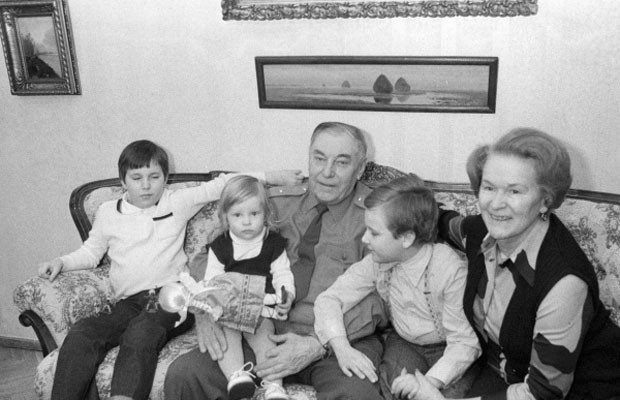 Александр Покрышкин с женой Марией Кузьминичной и внуками, 1983 год. вов, герой, покрышкин