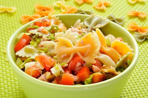 Салат с макаронами бантик с