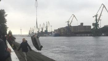 На Канонерском острове нетрезвый лихач на машине упал в Финский залив