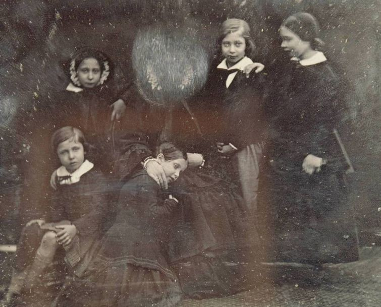 Королева Виктория с детьми, 1852 г. Королева лично стерла с фотокарточки своё лицо – ей не понравилось, как она получилась знаменитости, история, редкие кадры, фото