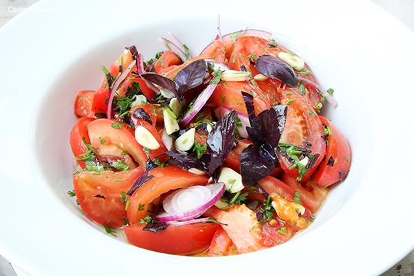 Салат из летних помидор с фиолетовым базиликом