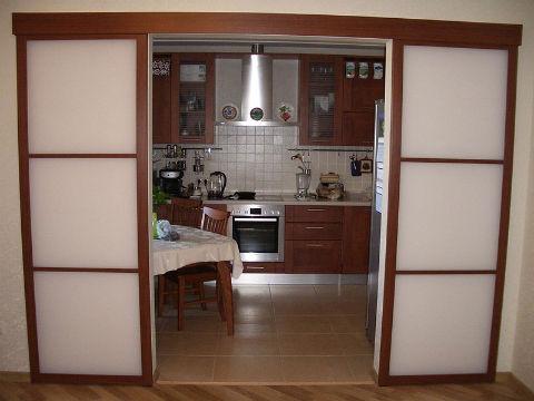 razdvizhnye dveri na kuhne