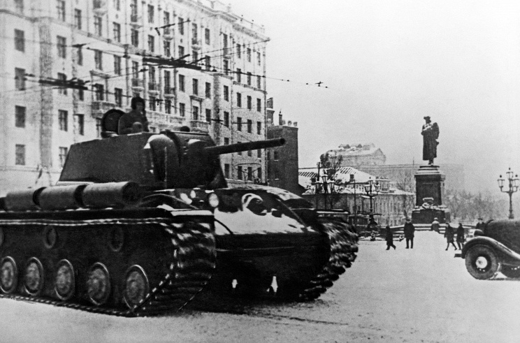 ID: 10625052 Описание: Советский Союз. Москва. Танки на Пушкинской площади в декабре 1941 года. Наум Грановский/Фотохроника ТАСС