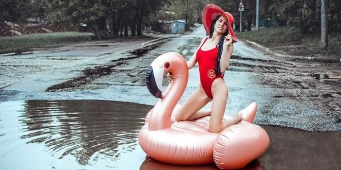 Саратовская модель устроила эротическую фотосессию в городской луже