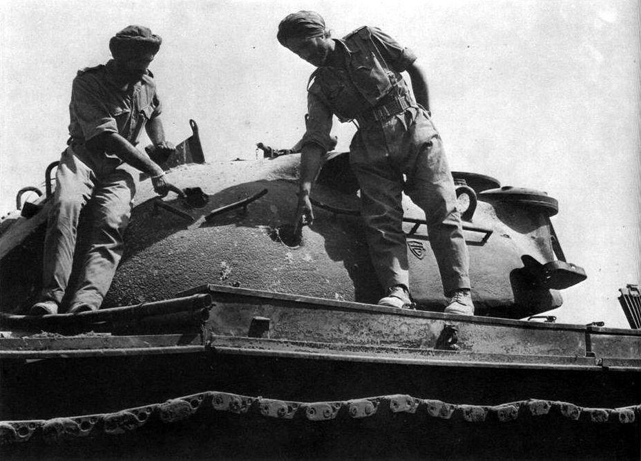 Индийские танкисты изучают подбитый «Паттон» у Асал-Утара - Индо-пакистанская война 1965 года: танковое сражение за Асал-Утар   Военно-исторический портал Warspot.ru