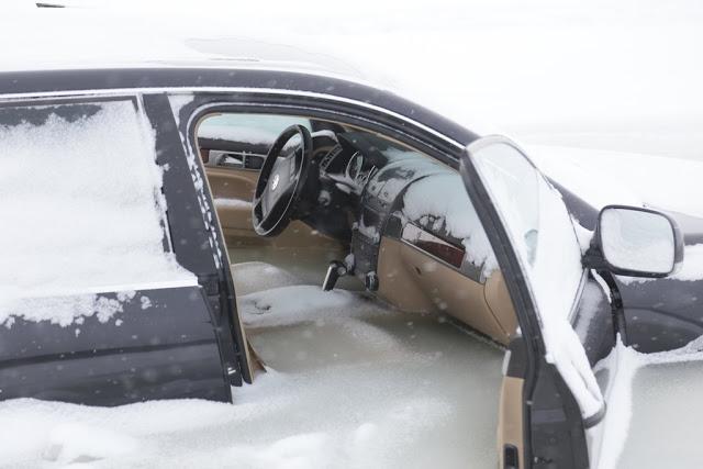 Водитель Таурега решил прокатится по льду, вот что из этого получилось