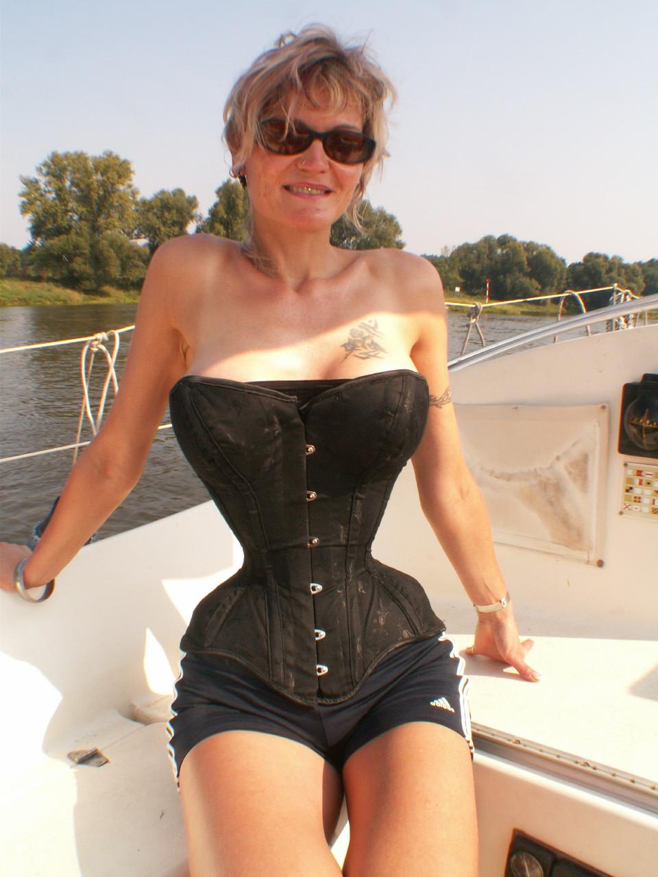 Королева Корсетов – Кэти Юнг (талия 38,1см) корсет, мода, талия, ужас